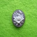 Kamee valge roos lillal taustal/18x13mm
